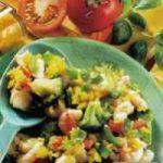 Reissalat mit Meeresfrüchten und Gemüse