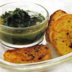 Spinatsuppe mit Brot