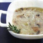 Zwiebelsuppe mit Champignons
