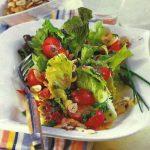 Bunter Salat mit Haselnüssen