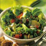 Bunter Salat mit Joghurt-Dressing