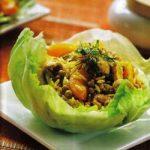 Exotischer Reis im Salatblatt