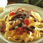 Fettuccine mit Anchovis-Tomaten-Salsa