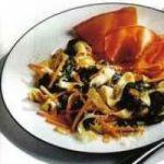 Fettuccinesalat mit Spinat und Serranoschinken