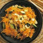 Mohrrübensalat mit Gurken und Mandeln