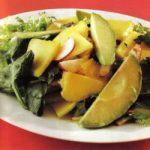 Spinatsalat mit Avocado und Mango