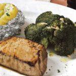 Thunfischsteak mit Broccoli und Folienkartoffel