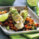 Fischspieße auf Gemüse
