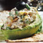 Gefüllte Avocado mit Gemüse und Huhn