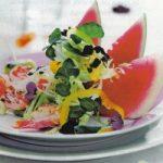Grüner Salat mit Melone und Garnelen