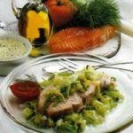 Lachs auf grünem Gemüse