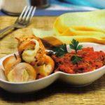 Putenkäseröllchen mit aromatischer Tomatensalsa