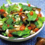 Bunter Salat mit Datteln und Äpfeln