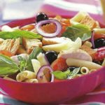 Bunter Salat mit Pasta und Hühnchen