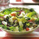 Bunter Sommersalat mit Joghurt-Dill-Dressing