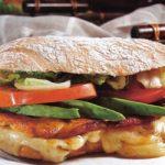 Ciabatta-Sandwich mit Hähnchenbrust und Salat