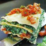 Crepes-Lasagne mit Spinat und Tomaten