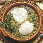 Erbsensuppe mit verlorenen Eiern