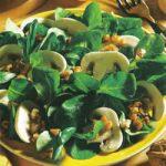 Feldsalat mit Champignons und Nüssen