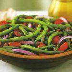 Grüne Bohnen mit Zwiebeln und Kirschtomaten