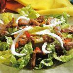 Grüner Salat mit Putenstreifen