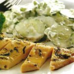 Knoblauchhühnchen mit Gurkensalat