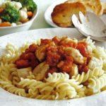 Pasta mit Hühnchen-Tomaten-Soße