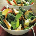 Salat mit Äpfeln, Nüssen und Gorgonzola